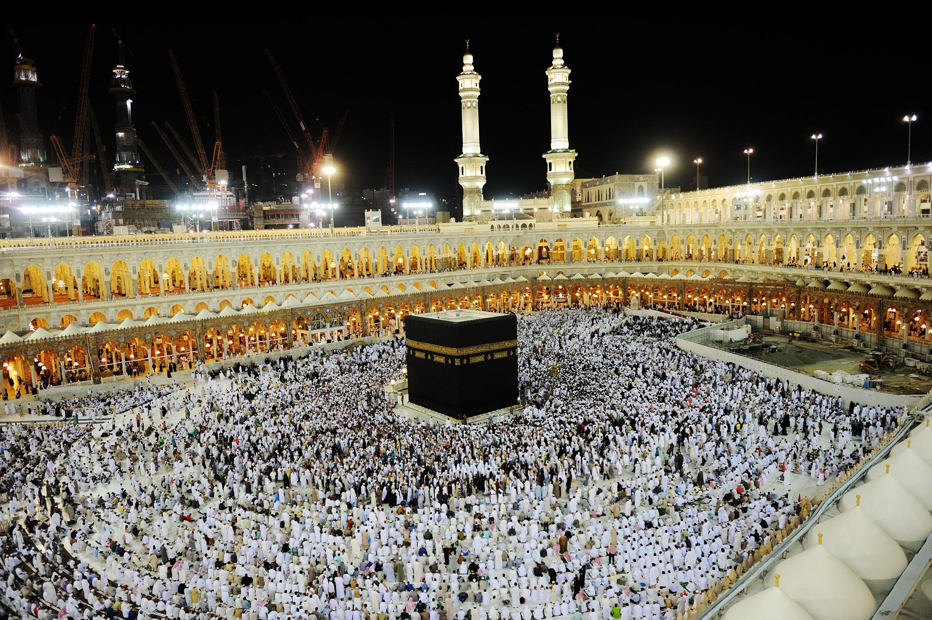 Yoluna gücü yetenlerin Kabe'ye gelerek haccetmeleri, insanlar üzerinde Allah'ın bir hakkıdır.